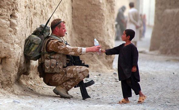 Soldat und Kind in Afghanistan