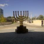 Am Eingang der Knesset in Jerusalem